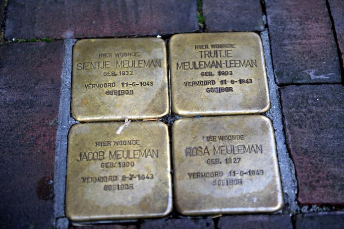 Almelo - vier Stolpersteine voor het pand Grotestraat 170.