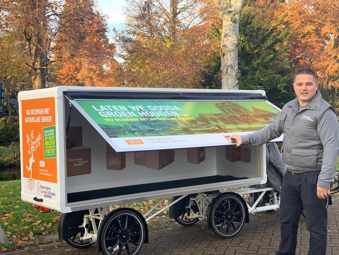 Zeljko Bosic bij zijn nieuwe vrachtfiets, die vanaf 1 december door het centrum van Gouda gaat rijden.