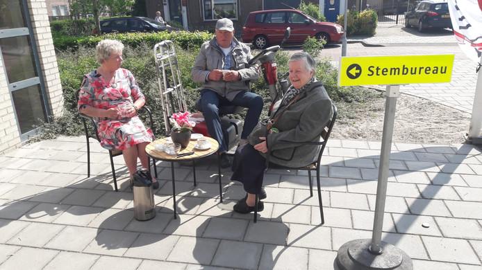 Beppie Bogers, Joop Branderhorst en Trees Vermeulen aan de koffie in Sprang-Capelle