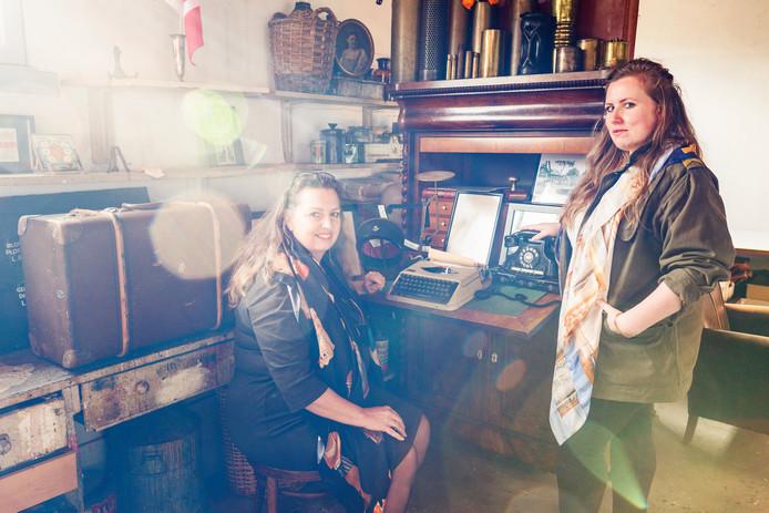 Moeder Greet Mulckhuyse (55) en dochter Marjolein Stappers (26) werken samen aan de tentoonstelling.