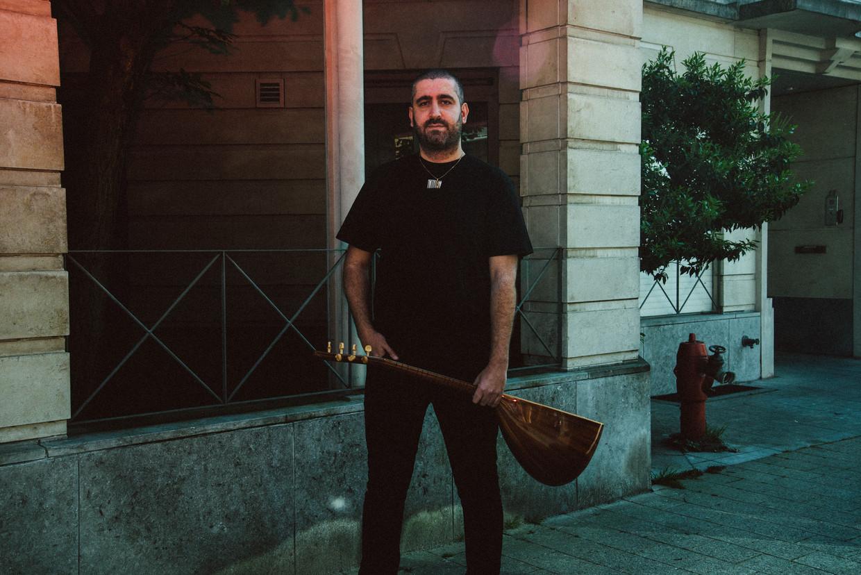 Ufuk Demir leert de baglama bespelen: 'Het leek me cool om zo'n traditioneel instrument onder de knie te krijgen.'