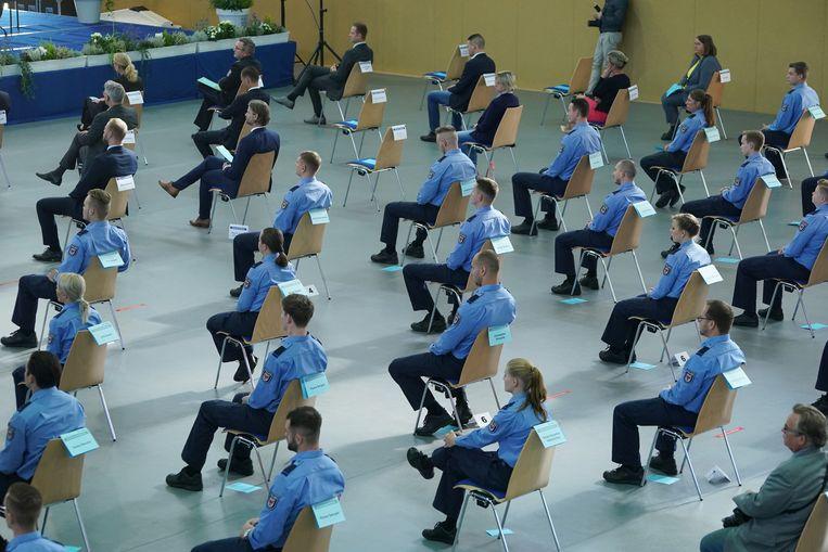 Politieagenten in opleiding bij hun slagingsceremonie aan de Brandenburg politieacademie, 30 september 2020.   Beeld Getty Images