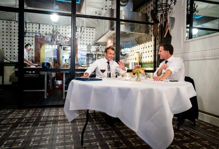 President Emmanuel Macron en premier Mark Rutte voorafgaand aan een diner in restaurant Cru in Scheveningen. De twee regeringsleiders bespreken onder meer over het herstelfonds, dat landen moet helpen de coronacrisis te bestrijden.  Beeld ANP