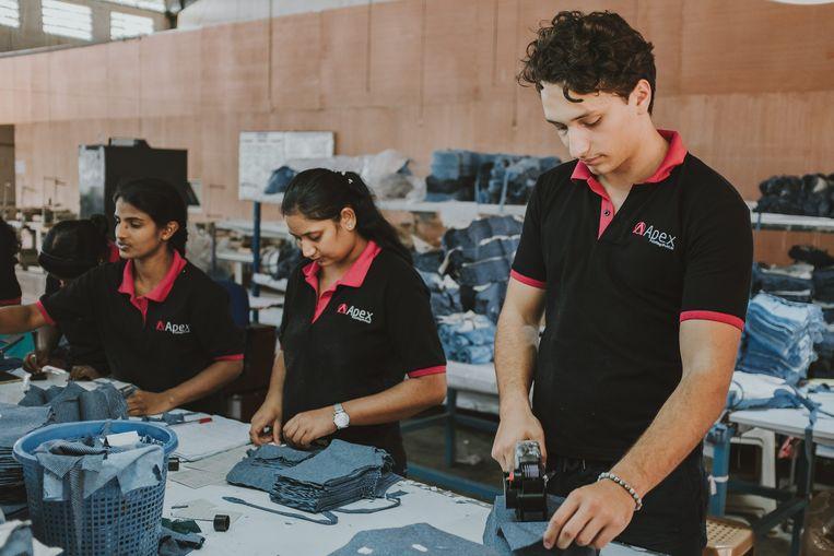 Milan, de zoon van Martine Prenen, leert het klappen van de zweep kennen in een sweatshop in Sri Lanka.