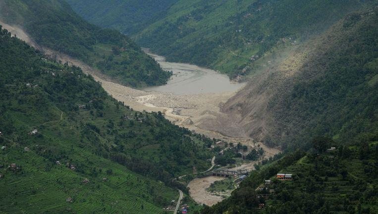 De Sunkoshi rivier in Nepal, waar een aardverschuiving afgelopen weekend een stuwmeer veroorzaakte. Beeld belga