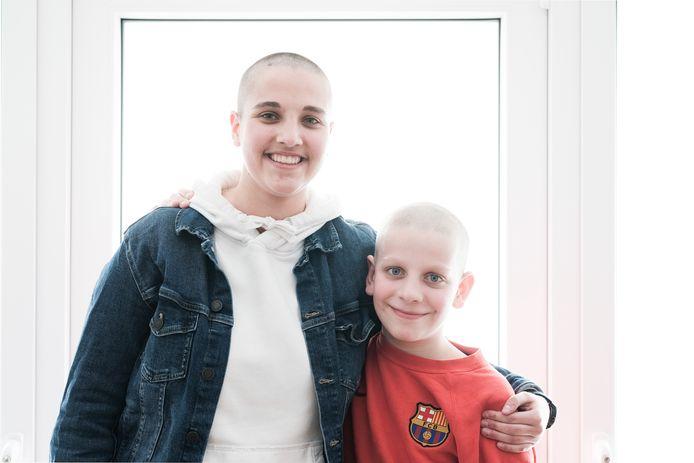 Zus Juliette en broer Thibault laten zich kaal scheren om geld in te zamelen voor de strijd tegen kanker.