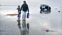 VIDEO. Flatscreens, IKEA-meubels en speelgoed spoelen aan op Nederlandse Waddeneilanden: mensen gaan massaal 'shoppen' op strand