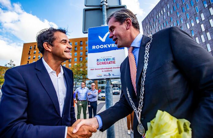 Peter van der Meer en burgemeester Wouter Kolff onthulden samen een blauw bord met de tekst 'rookvrij'.