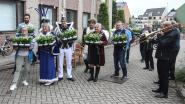 Carnavalscomité houdt traditie in ere en bezoekt, met maanden vertraging, woonzorgcentrum om bloemetje af te geven