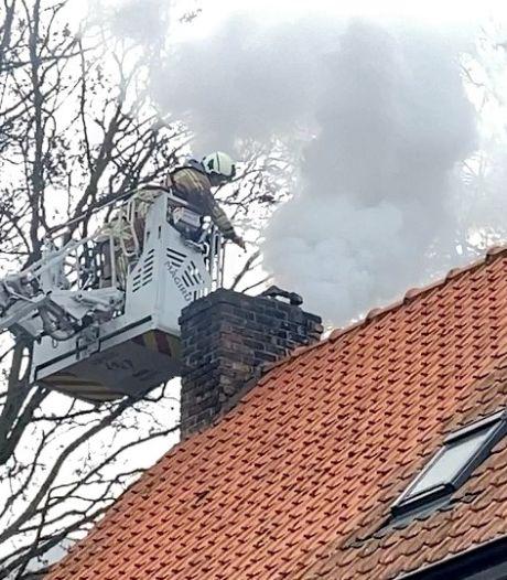 Hevige schouwbrand zet straat aan Koude Keuken vol rook