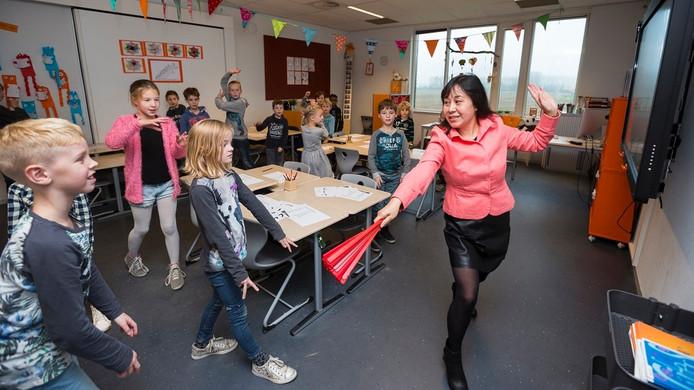 Mevrouw Li Si Jia leert kinderen op basisschool De Bem in Zevenaar Chinees.
