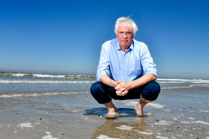 Carl Decaluwé op het strand van Oostende. Momenteel is de gouverneur op vakantie in Portugal, maar hij komt zes dagen eerder dan gepland terug naar huis.
