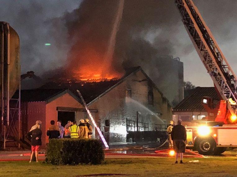 De brandweer zal wellicht de hele nacht werk hebben om het vuur te bestrijden. Tijdens de interventie kwamen heel wat buurtbewoners en ramptoeristen kijken, wat de hulpdiensten belemmerde om snel bij het incident te raken.