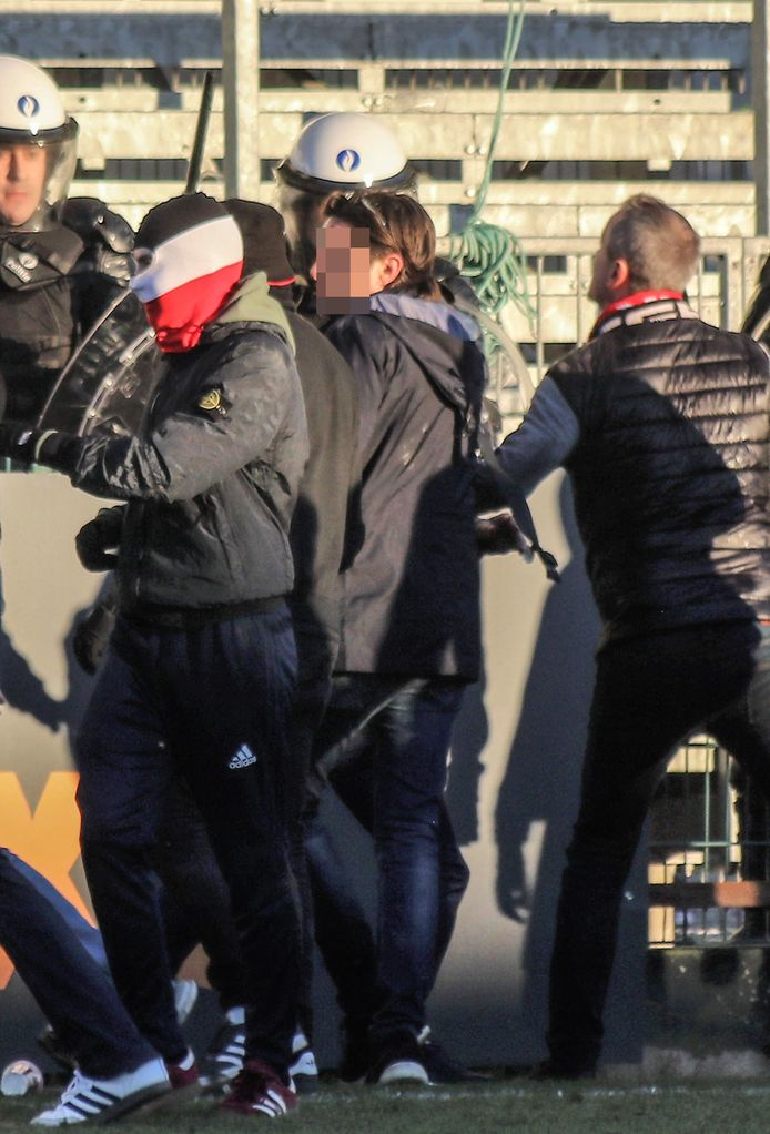 Op het veld raakten de supporters slaags met elkaar.