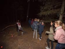 Gillend door de bossen tijdens spooktocht in Someren