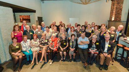 65-jarigen komen samen in zaal Kapittel om gezellig bij te praten