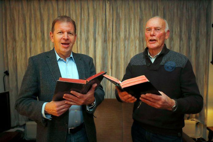Thomas van den Elsen (l) en Adriaan Sijmens, robijnen jubilarissen bij Schola Cantorum in Stiphout.