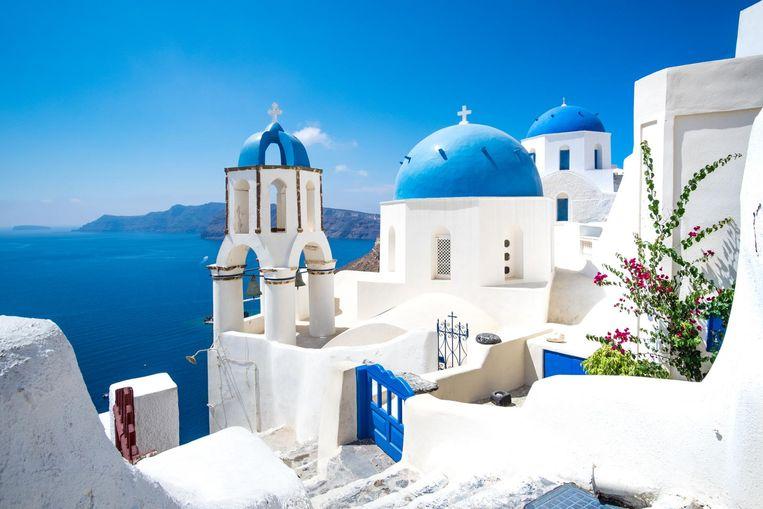 De blauw-witte huizen in Santorini, Griekenland. Ze doen vaak pijn aan de ogen in een stralende zon.