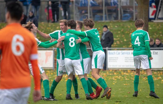 Beeld uit de wedstrijd tussen Oranje Wit en Musketiers. De groen-witten wonnen met 1-3 op Sportpark Elst.