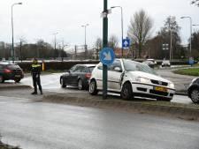 Automobilist slipt door Woerdense S-bocht en botst op paal