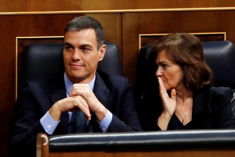 De Spaanse premier Pedro Sanchez en vice-premier Carmen Calvo.  Beeld EPA