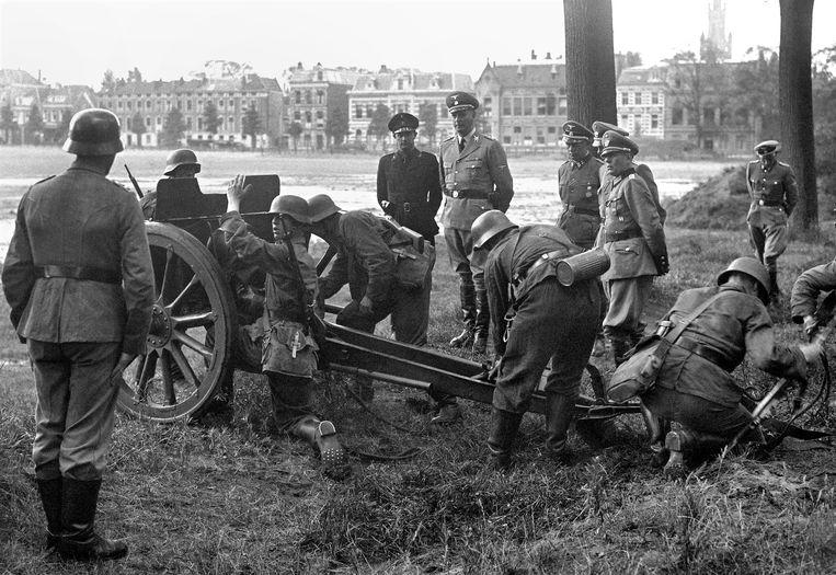 Albin Rauter inspecteert samen met Mussert troepen in Den Haag, 1943. Beeld ANP