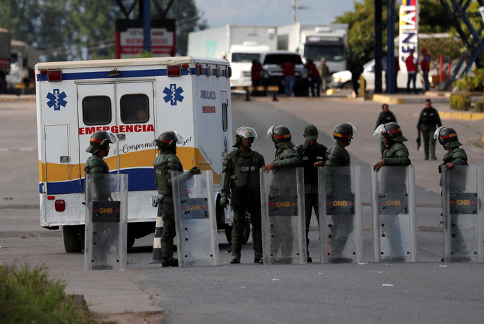 Een ambulance brengt gewonden naar het ziekenhuis na het incident aan de grens met Brazilië.