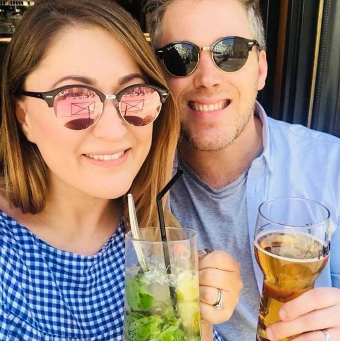 Gina Lyons (33) en Mark Lee (35) reisden al backpackend door Sri Lanka voor hun huwelijksreis, toen ze in een dronken bui een hotel kochten.