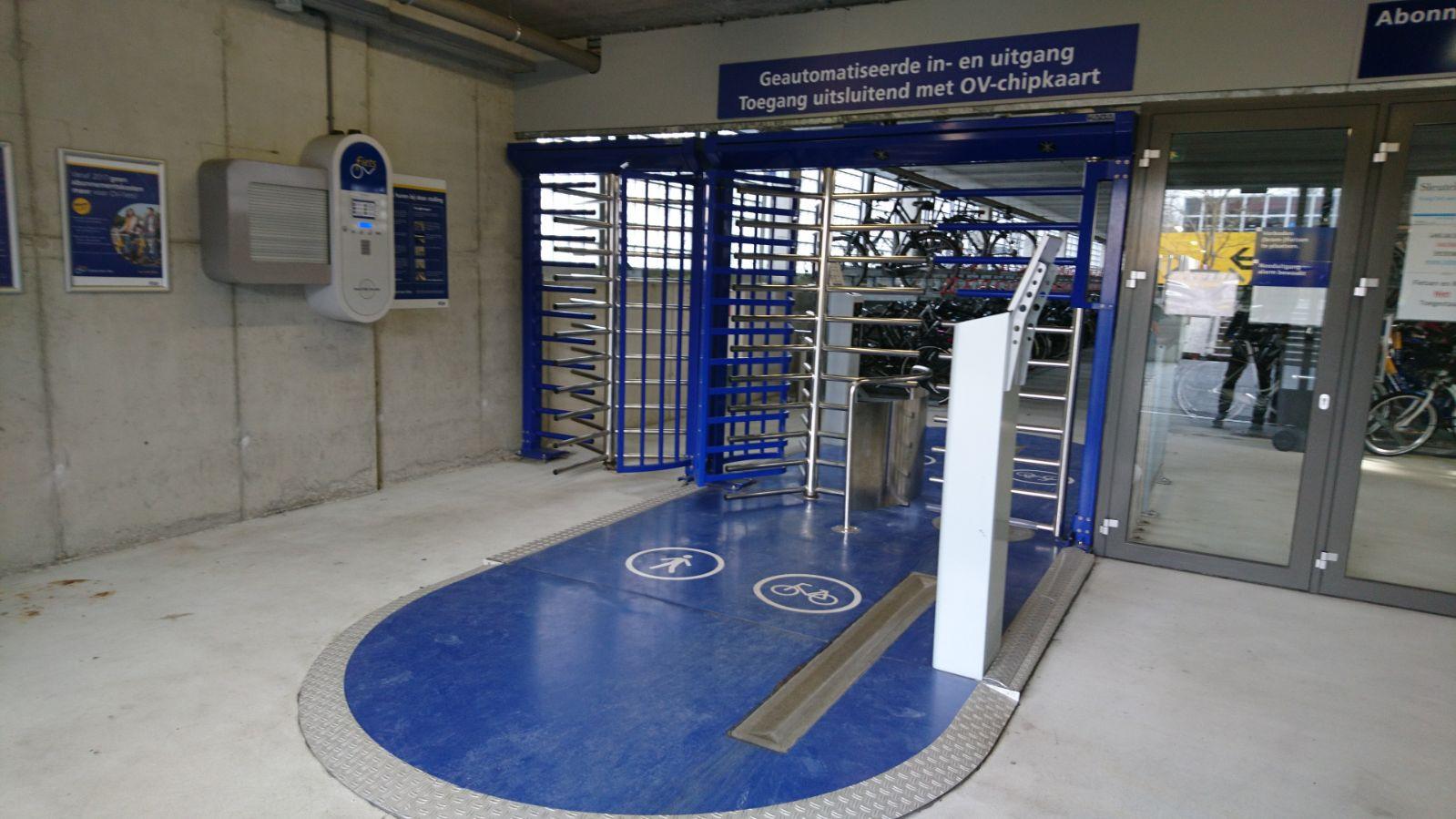 De huidige poort in de fietsenstalling van station Oss.