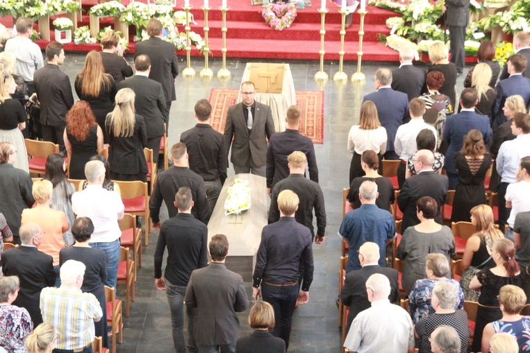 Een bomvolle kerk neemt afscheid van Joren Touquet (26)