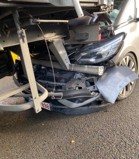Wagen zwaar beschadigd na kop-staartbotsing met twee vrachtwagens