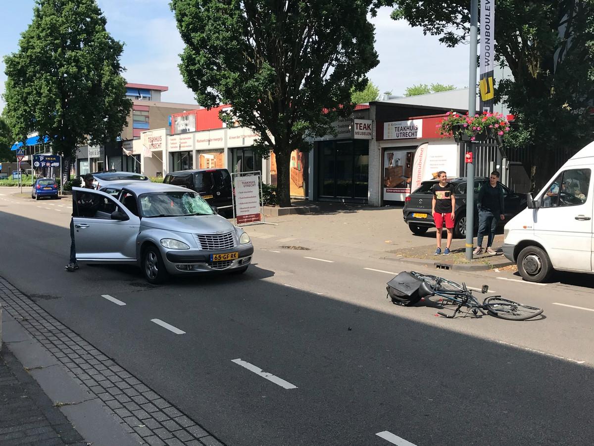 Een aanrijding tussen een auto en een fietser op de Van Rensselearlaan in Utrecht.