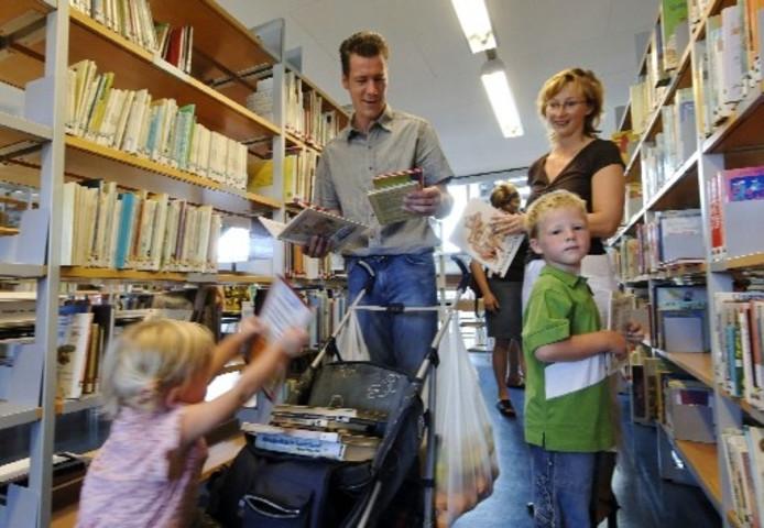 de familie hindriks voond een flinke stapel goedkope boeken foto wouter borre