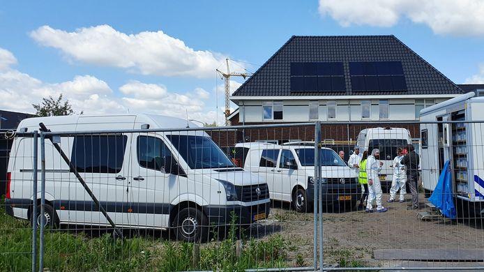 De achterkant van de woning aan de Hooimijt waar vorige week vrijdagochtend de twee lichamen zijn gevonden.