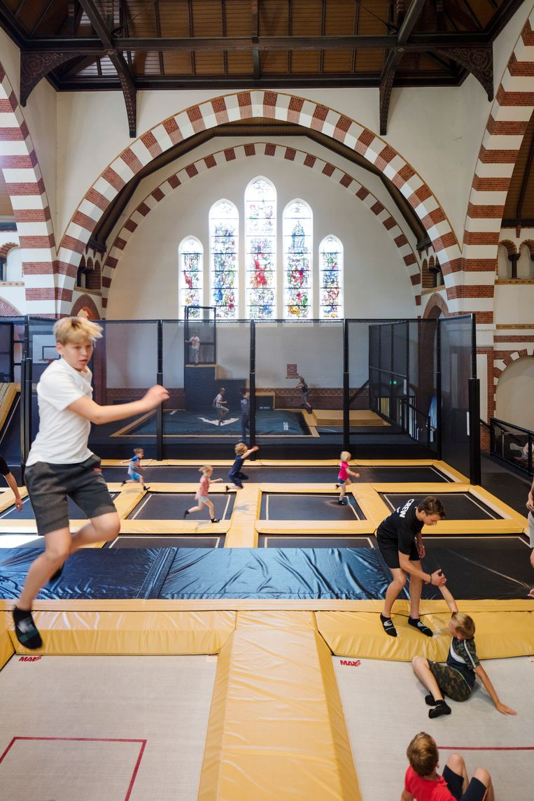 De voormalige Clemenskerk in Hilversum is nu een trampolinewalhalla. Beeld Lars van den Brink
