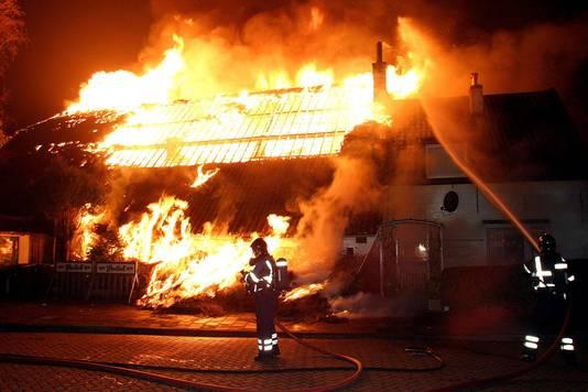 Een vuurpijl veroorzaakte de brand in oudejaarsnacht van 2003/2004.