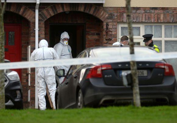 Forensische experts bij het huis in Dublin waar de politie de lichamen aantrof van de kinderen Connor, Darragh en Carla McGinley.