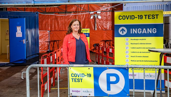 Miranda ter Huurne in de snelteststraat aan de Prinsenweide in Apeldoorn. De straat is drie weken open en al bijna duizend testen werden daar afgenomen.