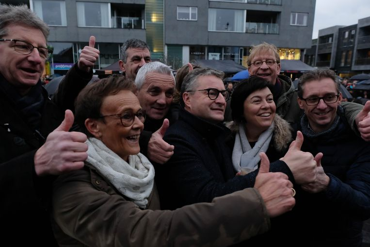 3.500 inwoners klinken op 2019 op het Dorpshart in Puurs-Sint-Amands - het nieuwe schepencollege poseert voor een 'selfie'