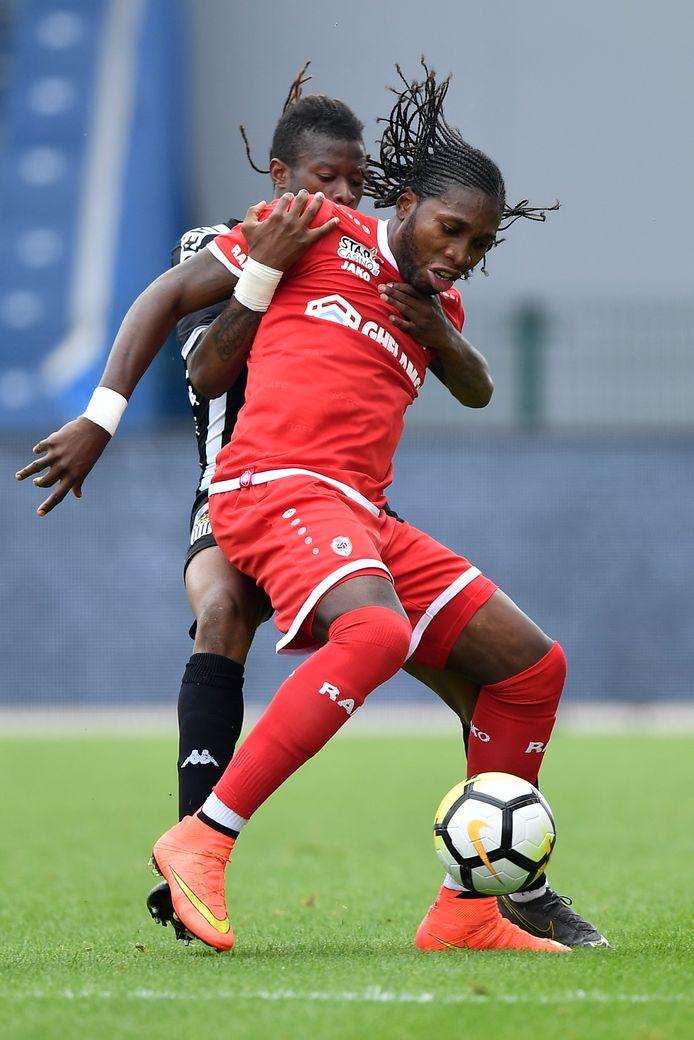 Mbokani in duel met Nurio. Scoren deed hij twee keer tegen Charleroi.
