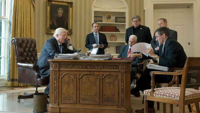 President Donald Trump aan de telefoon met de Russische president Poetin. Beeld epa