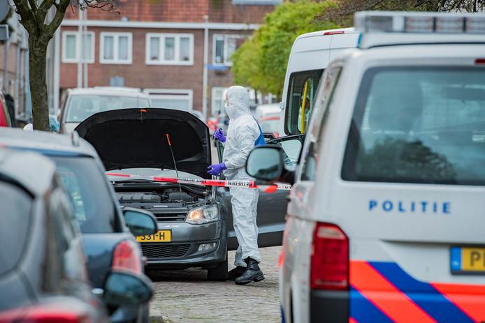 Politie-onderzoek op de Rietstraat in Utrecht nadat daar een man in een auto onder vuur werd genomen.