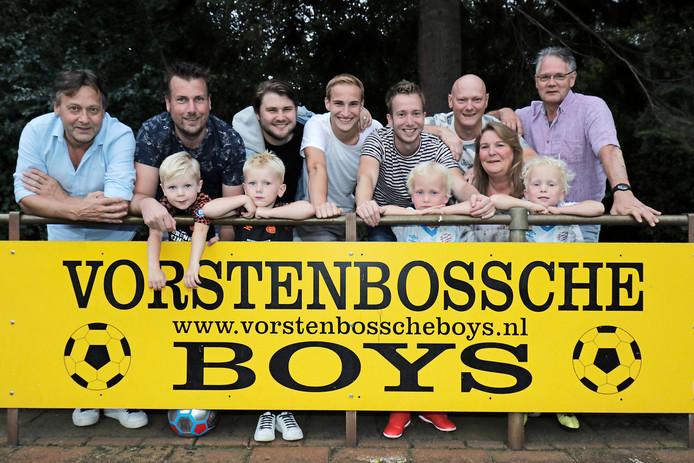 Voetbalfamilie Van Heeswijk. Boven: Ton, Mark, Jordy, Marvin, Mike, Hein, Anja en Noud (v.l.n.r.). Onder: Jur, Fez, Sam en Luca.