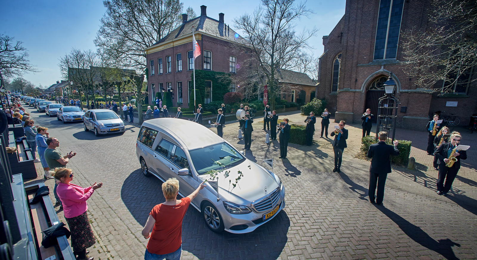 Zijtaart neemt afscheid van Bert Raaijmakers met een muzikaal eerbetoon vanaf het Dorpsplein. Fotograaf: Van Assendelft/Jeroen Appels