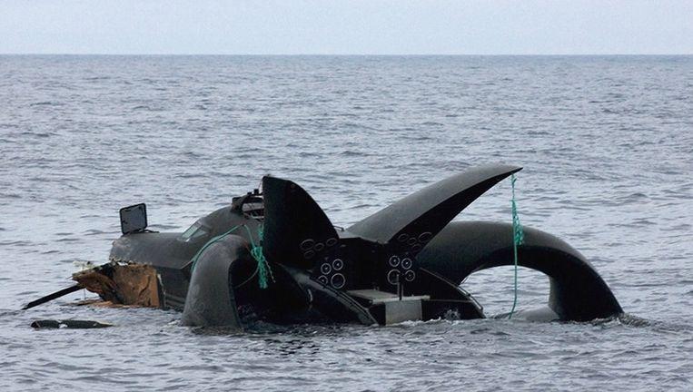 De boot van de milieuactivisten zinkt naar de bodem van de oceaan