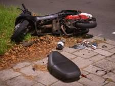 Scooterrijder zwaargewond na botsing met auto in Ommoord