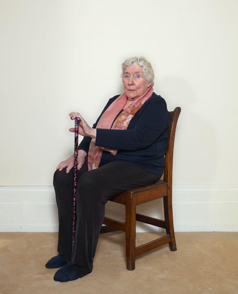 Schrijfster Fay Weldon in haar huis in de provincie Dorset, Engeland. Beeld Daniel Cohen