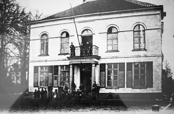 Reproductie van een foto uit de oude doos van café Apollon