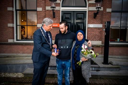 De omgekomen Salih krijgt na zijn dood een onderscheiding voor zijn heldendaad.