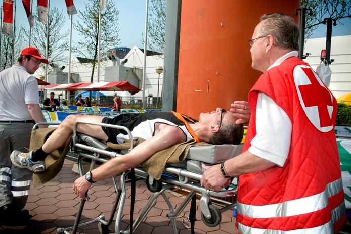 Hulpverleners van het Rode Kruis bij de finish van de marathon in Utrecht. 'Mensen moeten zich goed voorbereiden op wat ze gaan doen. Zorg dat je fit genoeg bent.' Foto: Bram Patraeus
